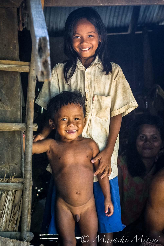 カンボジアの小さな子供は、たいてい上半身か下半身が裸、あるいは上下とも裸だ。