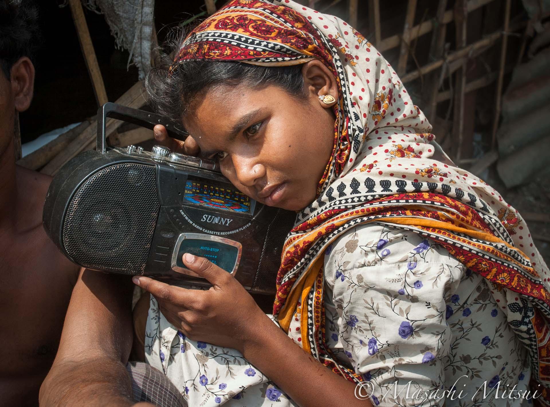 ダッカのスラム街で暮らす少女との再会
